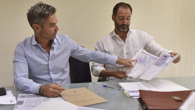 Óscar Moreno y su abogado Javier Cossío muentran varios documentos presentados a la Policía.