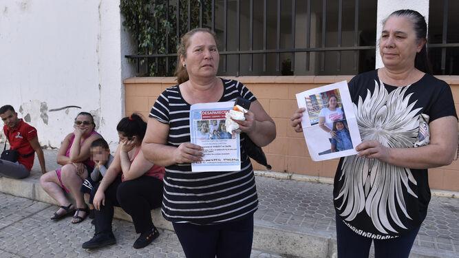 68de7e1f Silvia y Teresa Capitán, tías y tías abuelas de las desaparecidas portan  carteles con sus imágenes ...
