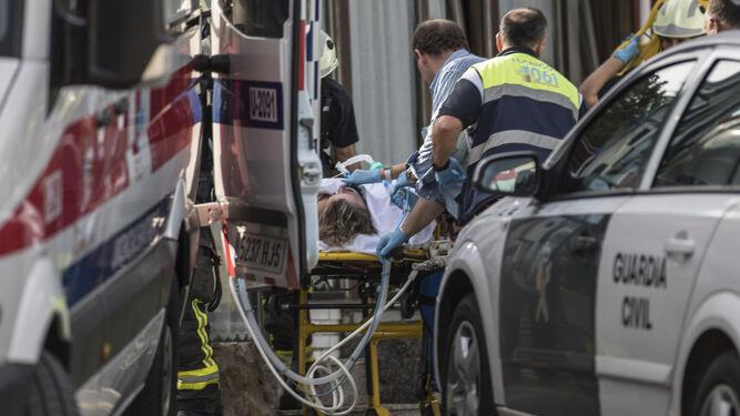 Evacuación de una de las intoxicadas en el hotel cántabro.