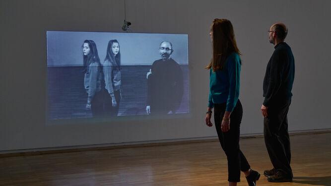 1. Dos personas interactúan con la instalación 'Anamnesis' (1973). 2. Peter Campus, en la estancia del CAAC donde se encuentra su obra 'Cavidades ópticas'. 3. Un espectador contempla las fotografías proyectadas de la serie 'Sólidos de luz'.