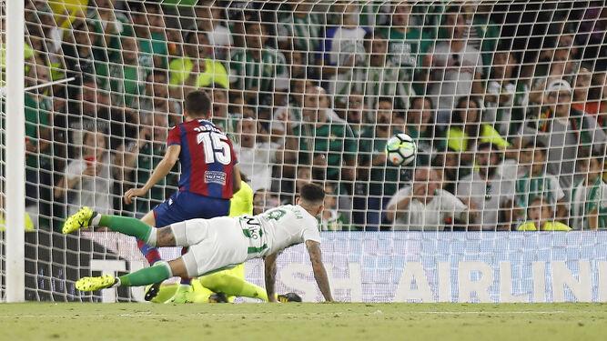 La pelota entra en la portería en el primer gol bético.