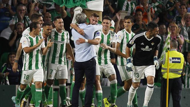 Quque Setién acudió al área a felicitar a Fabián por su gol