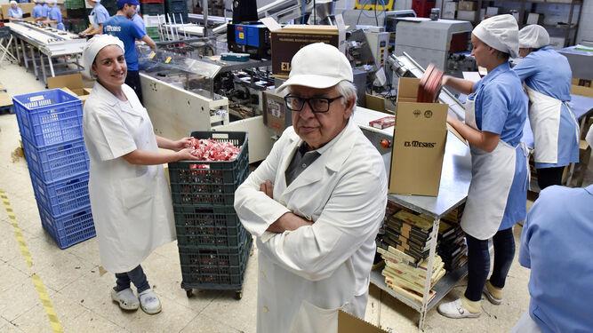 Pilar Pradas, junto a su padre, Antonio Pradas Rodríguez, en la fábrica de El Mesías, que fundó el abuelo y padre de ambos en 1958.