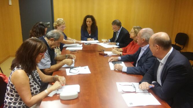 Reunión del jurado de Archivo Hispalense. Preside la diputada de Cultura junto a catedráticos y profesores de la Hispalense.