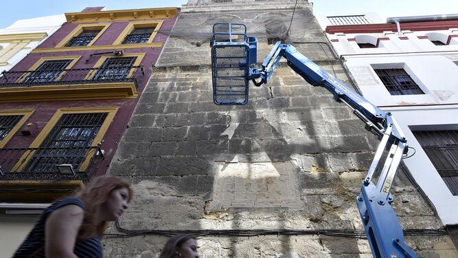 Hueco en la torre de la iglesia del Salvador donde se encontraba el panel nominativo de la calle Córdoba.