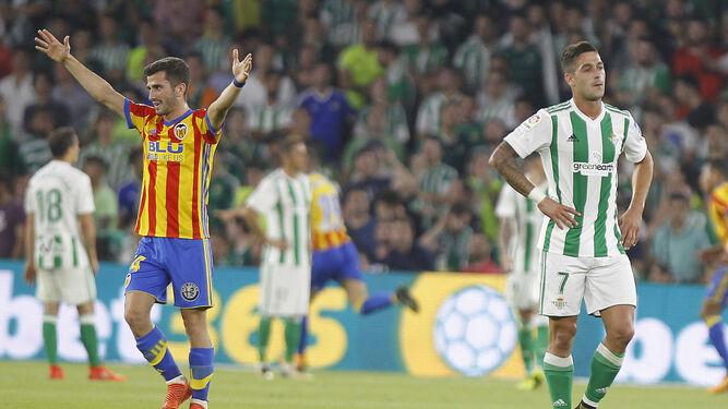 70da52fa4 Sergio León se lamenta mientrás Gayà celebra uno de los goles ...