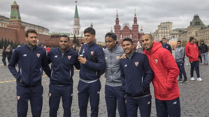 Franco Vázquez, Mercado, Correa, Muriel, Montoya y Pizarro posan en la Plaza Roja de Moscú, ante las torres y murallas del Kremlin.