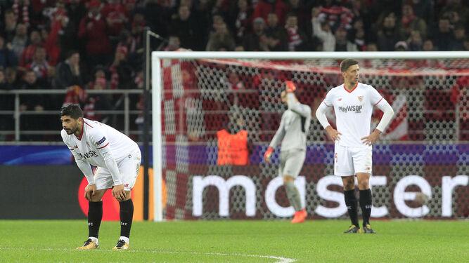 Banega, Lenglet y Sergio Rico, al fondo,  con gestos contrariados tras encajar uno de los goles.