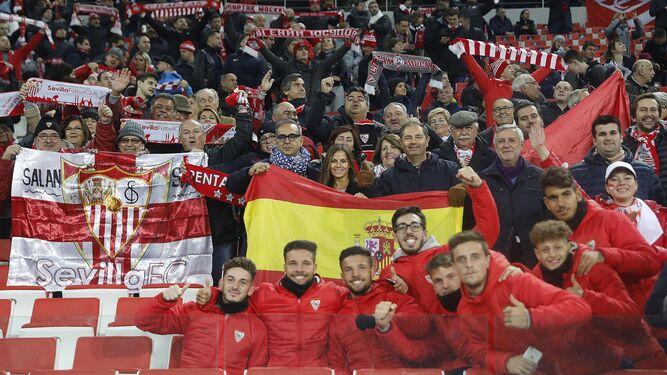 Los juveniles junto a otros aficionados en el Otkrytie Arena.