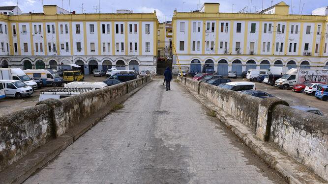 El pasadizo separa las dos parcelas catastrales de las Casas de Pinillos, entre las calles Júpiter y Luis Cadarso.