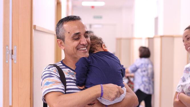 José Antonio Cruz abraza a su hijo Mario tras una sesión de fisioterapia en Udiate. / BELÉN VARGAS