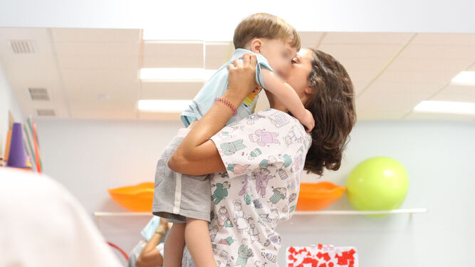 Clara Talegón, fiosterapeuta en Udiate, con el pequeño Luis Miguel.