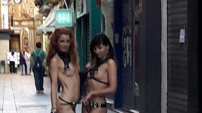 Las jóvenes desnudas posan con la Capillita de San José de fondo