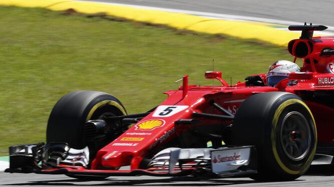 Vettel durante la carrera en Interlagos