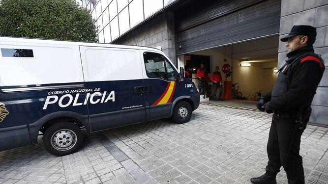 El furgón policial que ha trasladado al Palacio de Justicia de Pamplona a los acusados