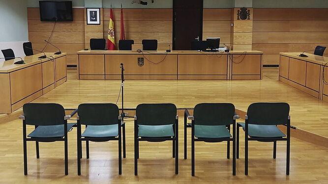La sala con las cinco sillas en la que se sientan los cinco acusados