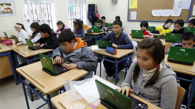 Los alumnos de un colegio público usan en clase los ordenadores que a principios de esta década repartió la Junta.