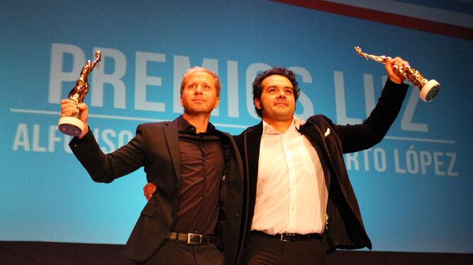 Alberto López y Alfonso Sánchez saludan al público desde el escenario tras recoger sus respectivos Premios Luz del Iberoamericano.