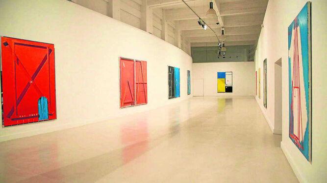 Panorámica de la sala que acoge las obras de 'Familias mínimas (rojo, amarillo y azul)'.