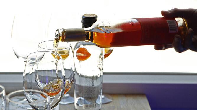 Detalle del servicio de una copa de palo cortado, el vino de Jerez de moda.