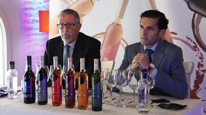 El enólogo de Fundador, Manuel José Valcárcel, junto a José Ignacio Santiago, enólogo de Casalbor (distribuidor de los vinos de Harveys en el mercado nacional), durante la cata en el Hotel Doña María.