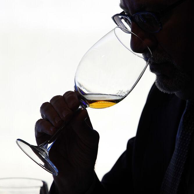 Uno de los enólogos anfitriones en pleno proceso de cata de los vinos.