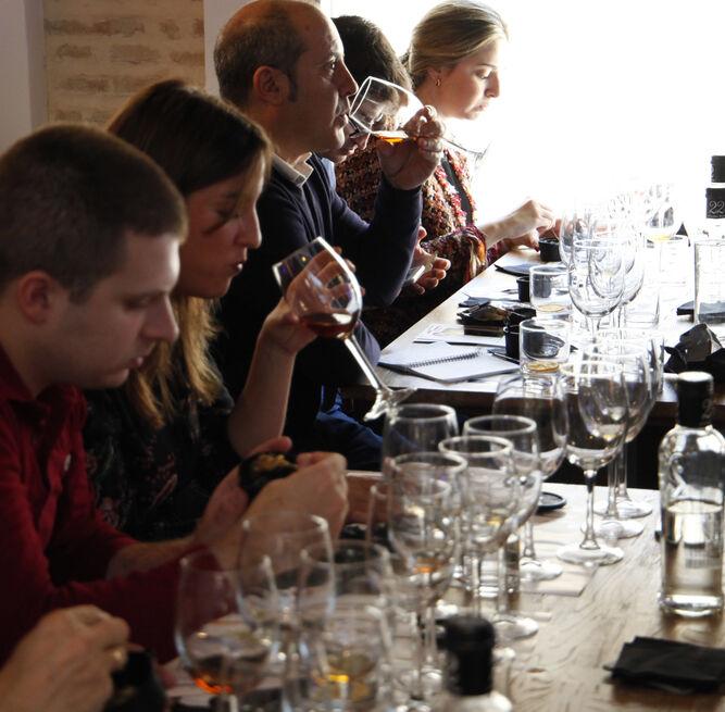 Otro momento de la excepcional cata de estos vinos únicos.
