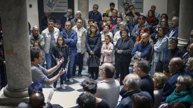 José María González se dirige a los ciudadanos en el patio del Palacio de Recaño, el futuro Museo del Carnaval.