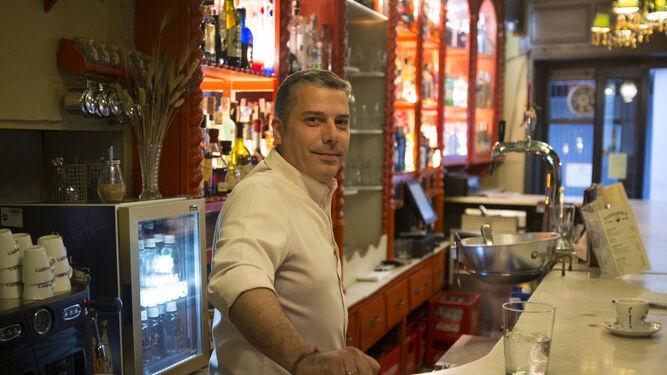 Manuel Rodríguez, en su librería especializada en viajes.