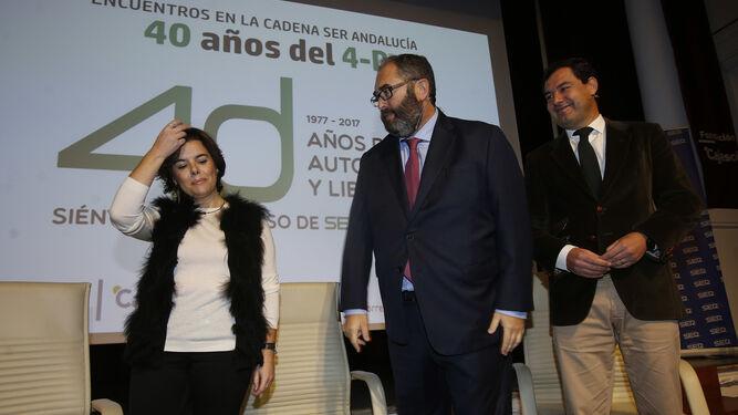 Sáenz de Santamaría, junto a Juanma Moreno y al director de la Cadena Ser, Antonio Hernández Rodicio.