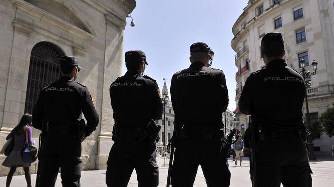 Agentes de la Policía Nacional en la Plaza Nueva una víspera de Domingo de Ramos.