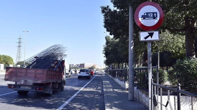 Señal que indica el paso prohibido a camiones con más de 12 toneladas.