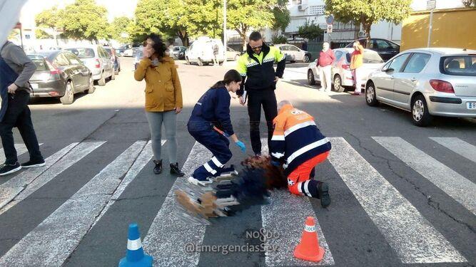 El 061 y la Policía Local atienden a uno de los heridos.