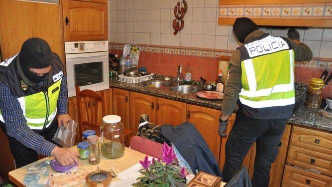 La Policía Nacional registra la cocina de una vivienda