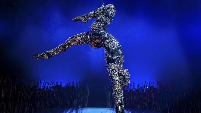 Fabuloso despliegue. Lepage piensa que los artistas del circo recuerdan a semidioses que trascienden su humanidad. En  Totem, las acrobacias de Cirque du Soleil provocan el asombro del auditorio.
