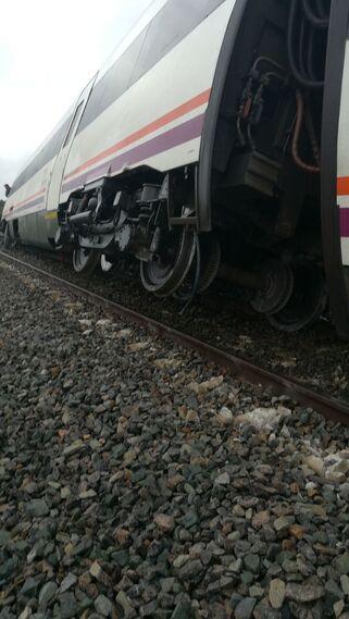 Detalle del tren fuera de la vía