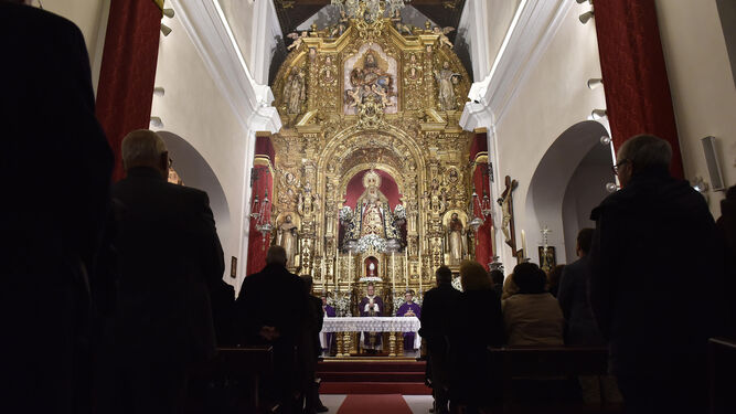 Numerosos fieles acudieron a la eucaristía tras la apertura de la puerta santa en la Capilla de los Marineros.