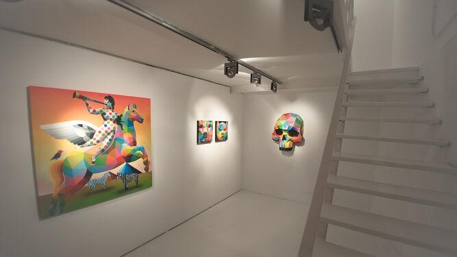 El alemán Boris Hoppek, junto a una de sus obras en la exposición 'Mañana', aún abierta en la sede sevillana.
