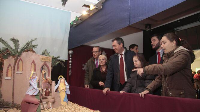 Las autoridades observan el belén del Centro de Educación Especial San Pelayo.
