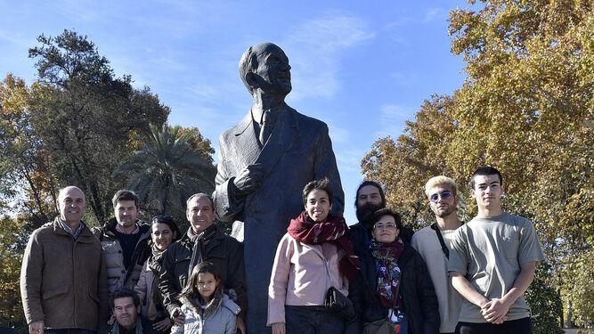 Los Álvarez-Ossorio, en el monumento a Aníbal González.