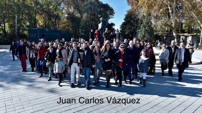 Descendientes de Aníbal González junto a la estatua del arquitecto.