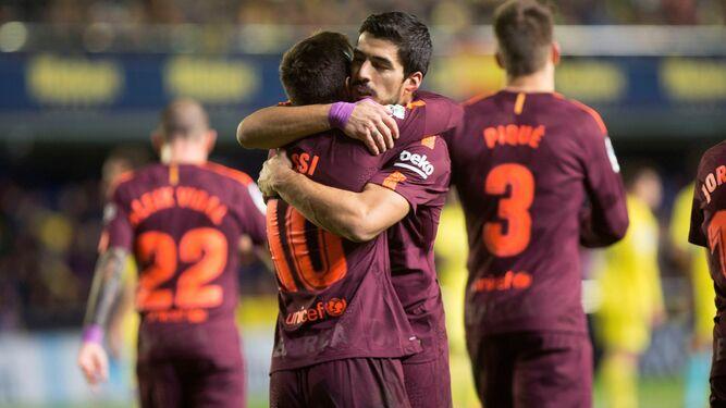 Messi y Suárez se abrazan tras anotar el argentino el segundo tanto del partido frente al Villarreal.