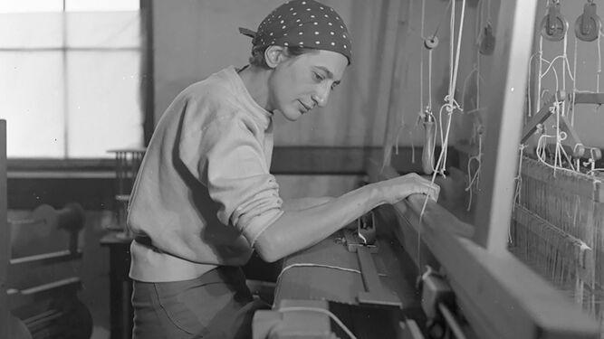 Anni Albers, en 1937, en su estudio del Black Mountain College, fotografiada por Helen M. Post.