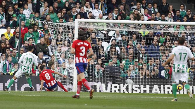 Barragán no puede evitar el remate de Saúl en la jugada del 0-1.