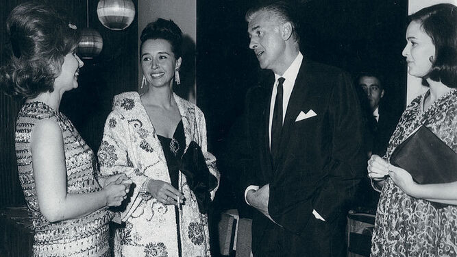 Aline (centro), con la duquesa de Alba, Stewart Granger y Lucía Bosé.