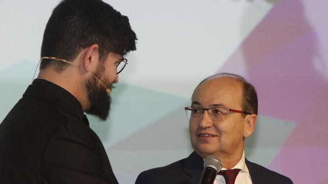 José Castro bromea sobre el derbi con el presentador Manu Sánchez.