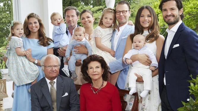 La familia real sueca casi no cabe en la foto; este año son uno más.