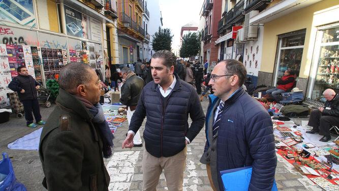 Dos agentes de la Policía Local, junto a puestos legales en la plaza de Montesión.