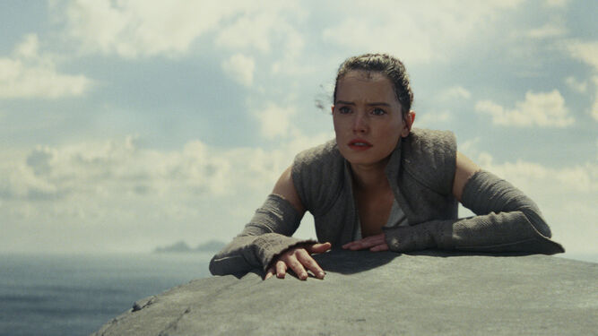 Daisy Ridley, en una escena de la nueva entrega de la saga 'Star Wars'.