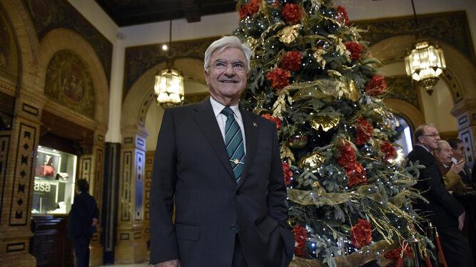 El penalista Francisco Baena Bocanegra posa ayer junto al arbol de Navidad del hotel Alfonso XIII de Sevilla.